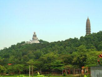 explore Phat Tich pagoda
