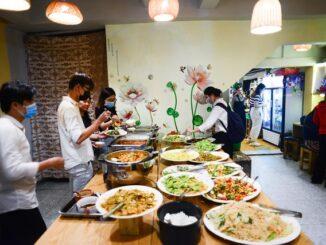 """Độc đáo quán buffet chay """"ăn tuỳ bụng, trả tuỳ tâm"""" ở Sài Gòn"""