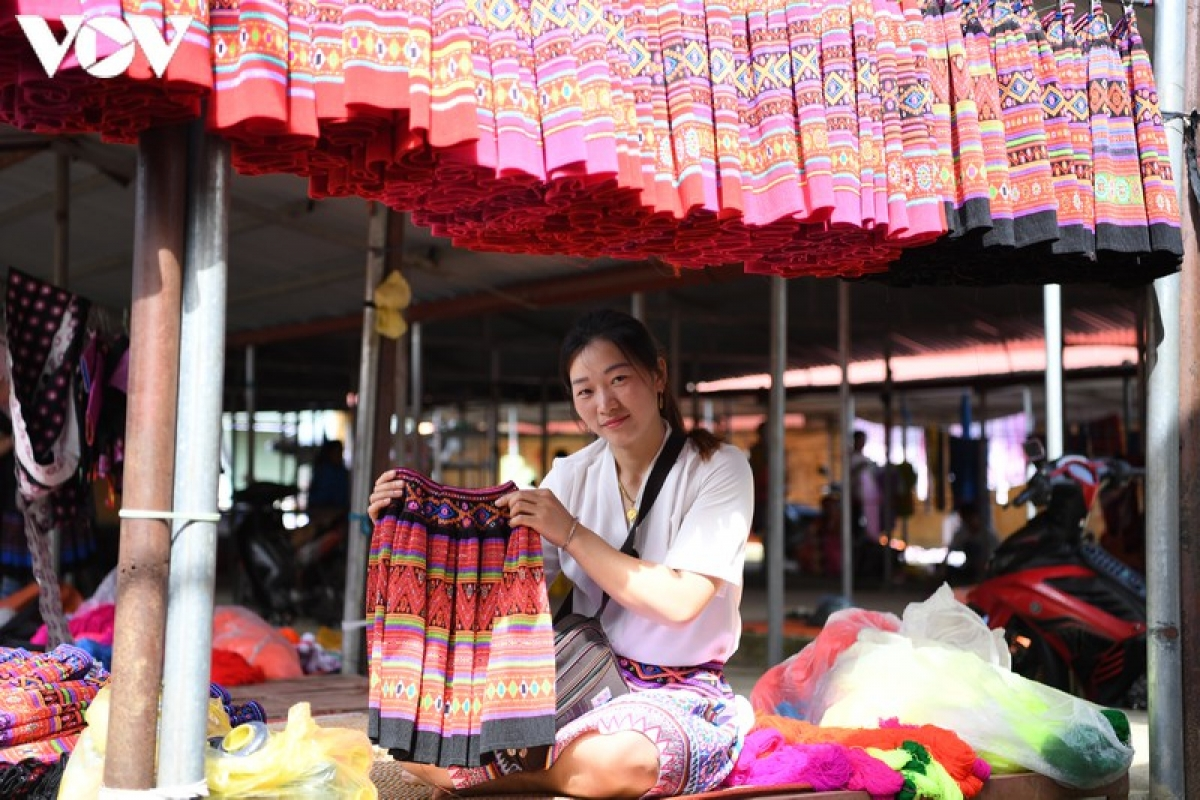 Pa Co, brocade market, Moc Chau, Son La, Mong ethnic group